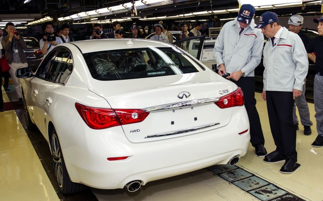 2014-Infiniti-Q50-with-Carlos-Ghosn-and-Johan-de-Nysschen-factory