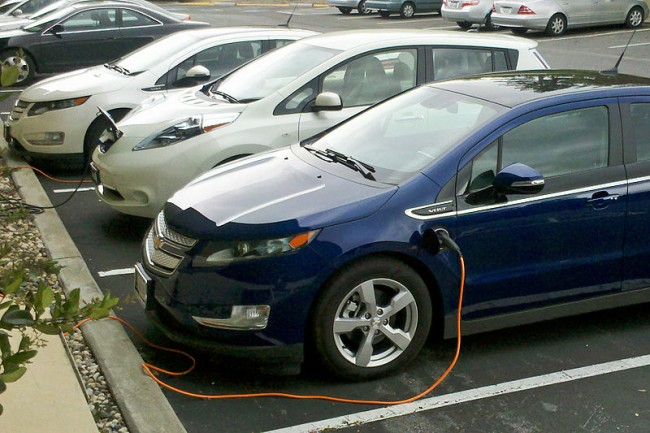 800px-Chevy_Volt_&_Nissan_Leaf_03