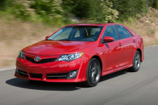 2013-Toyota-Camry-SE-front-three-quarter