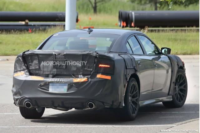 2015-dodge-charger-srt-spy-shots_100471674_m