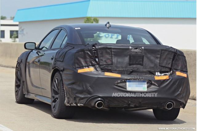 2015-dodge-charger-srt-spy-shots_100471675_m