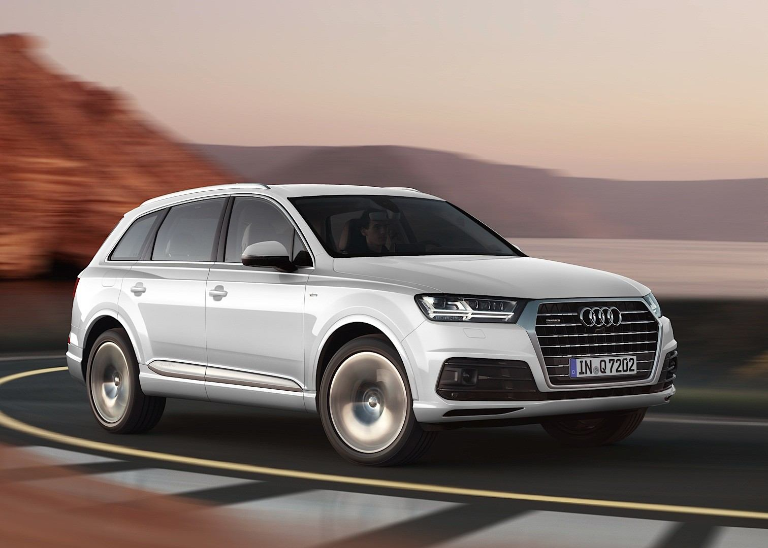 audi-shows-2015-q7-in-new-tofana-white-color-reveals-obsession-with-mountains_3