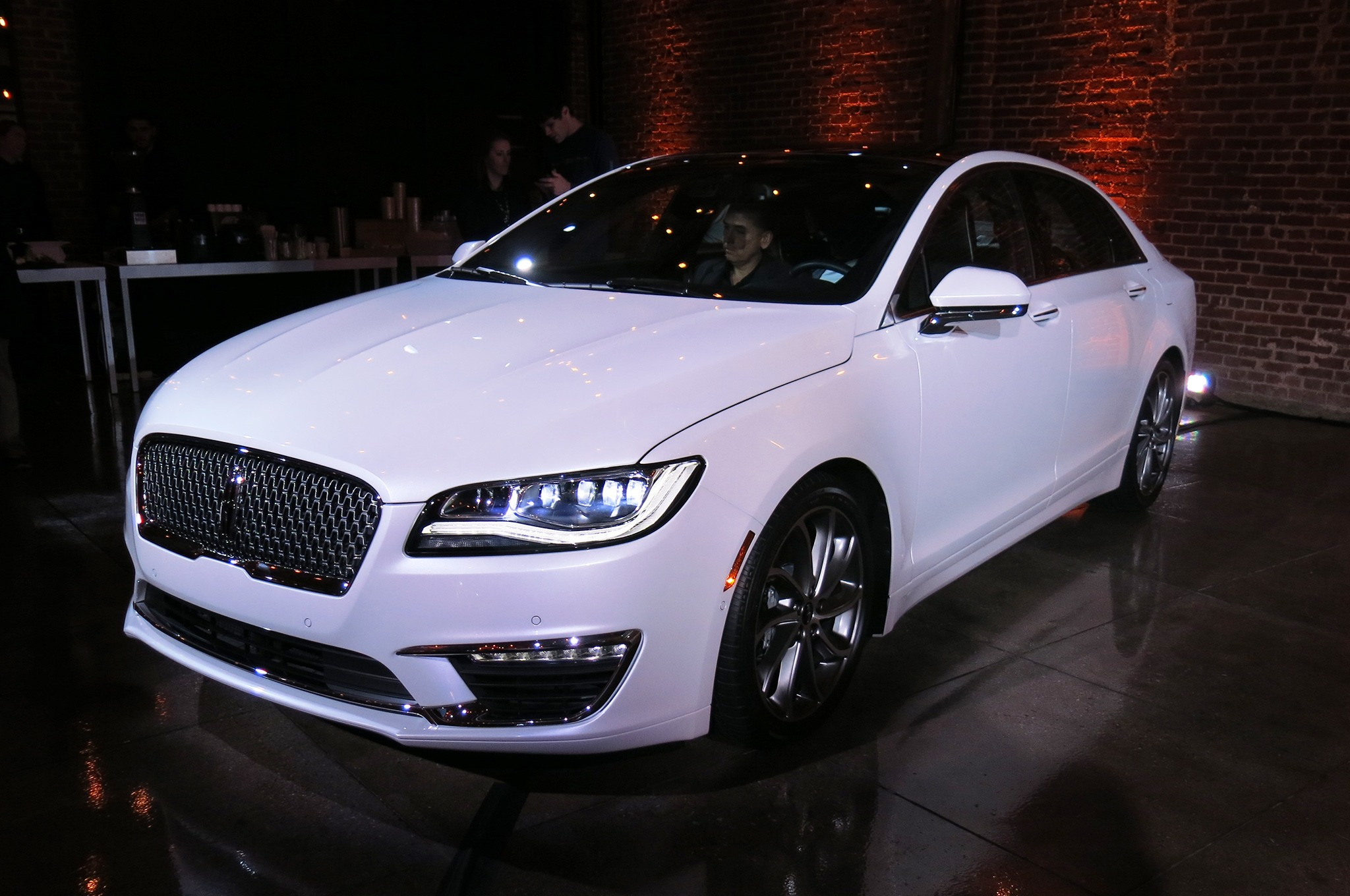 2017-lincoln-mkz-reveal-front-three-quarters-04 (1)